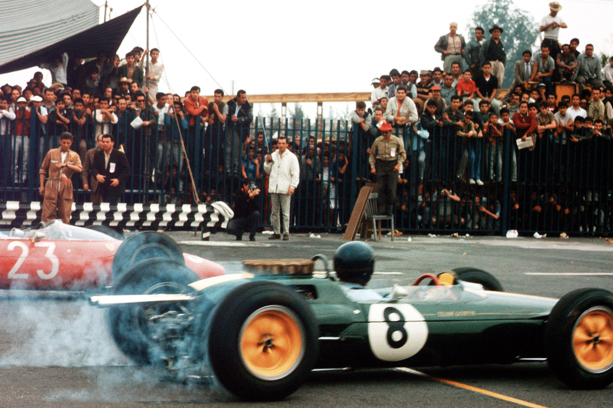 Jim Clark (Lotus 25 Climax) and John Surtees (Ferrari Dino 156) at the start.