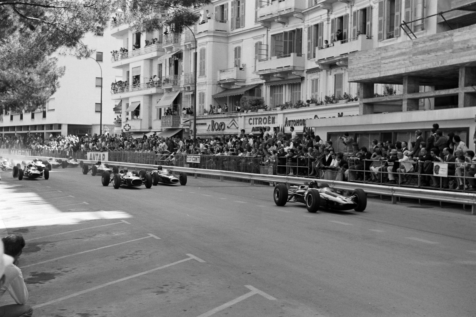Jim Clark, Lotus 25 Climax, leads the field at the start.