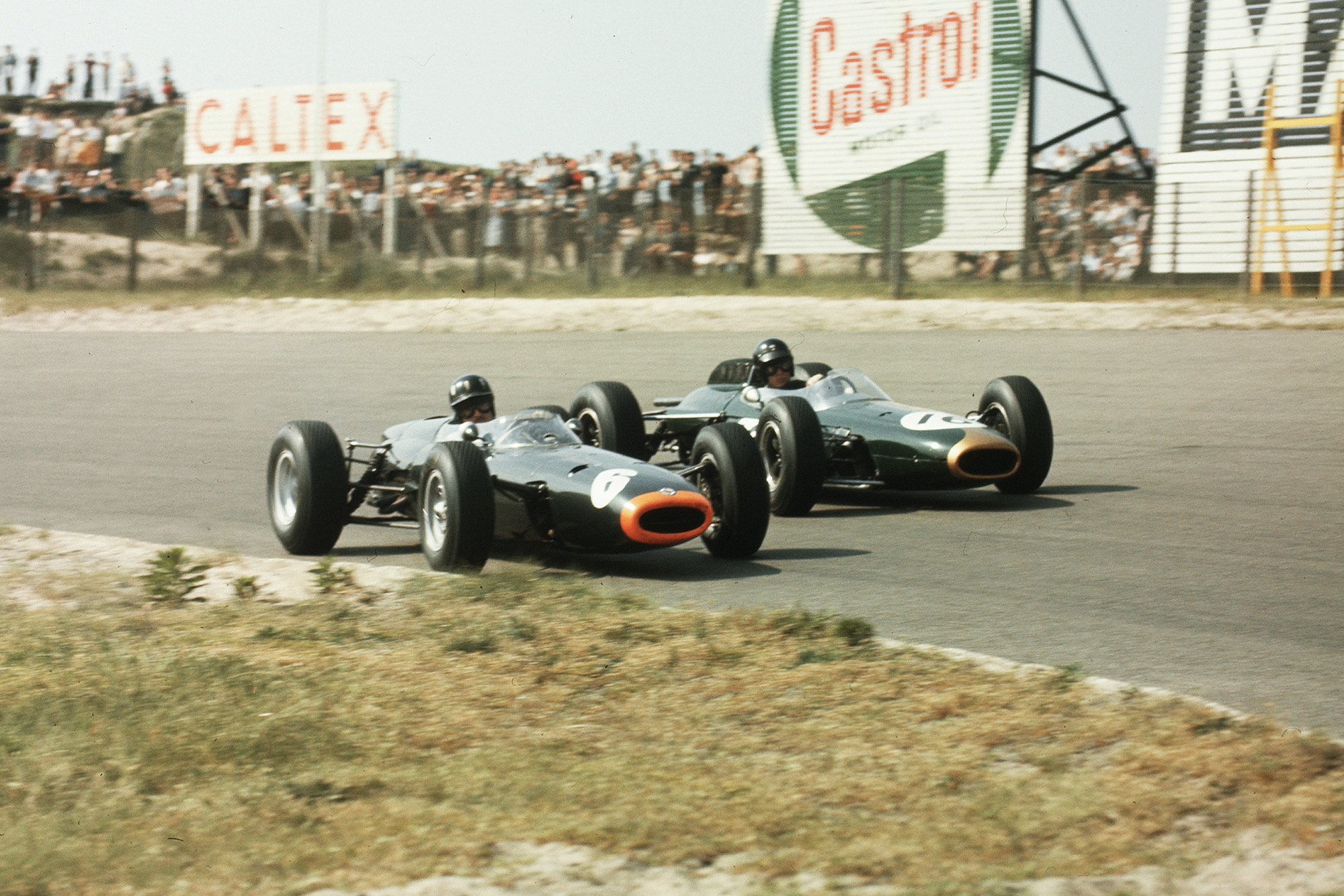 Graham Hill (number 6, BRM P261) and Dan Gurney (Brabham BT7 Climax).