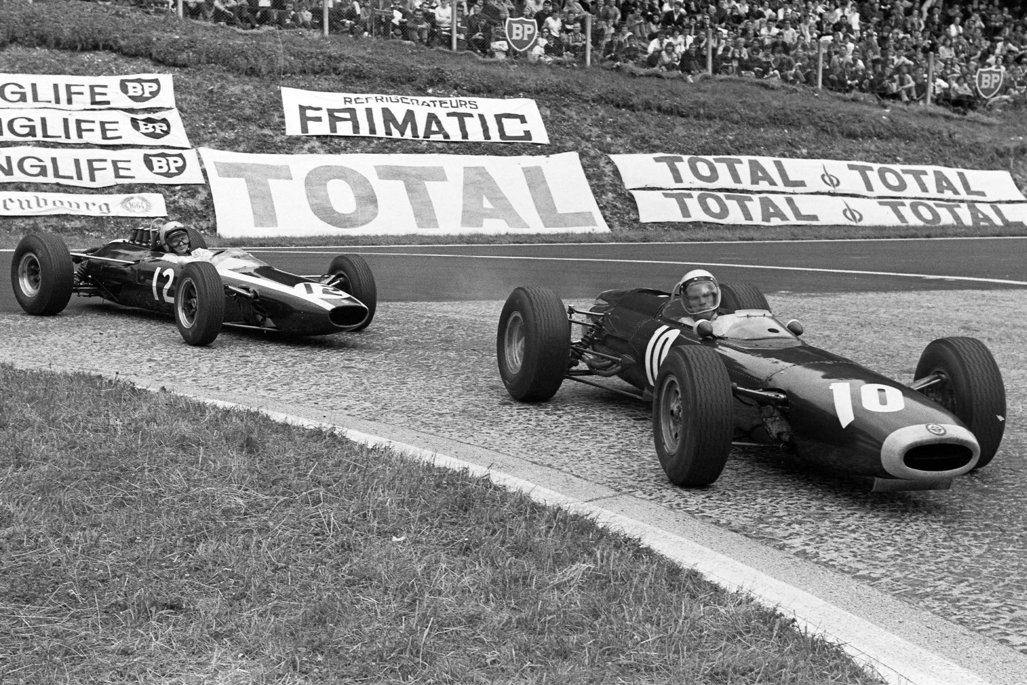 Richie Ginther, BRM P261, leads Bruce McLaren, Cooper T73 Climax.