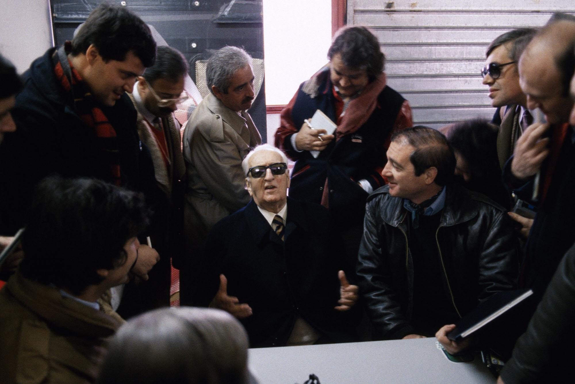 Le fondateur de Ferrari, Enzo Ferrari, à Imola le 20 mars 1985, Italie. (Photo by Gianni GIANSANTI/Gamma-Rapho via Getty Images)
