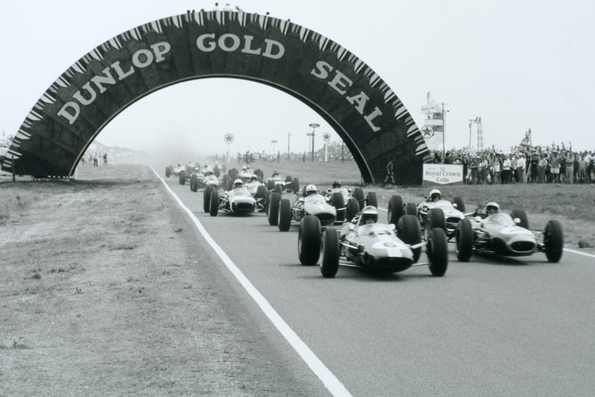 Jim Clark (Lotus 33 Climax) leads at the start.