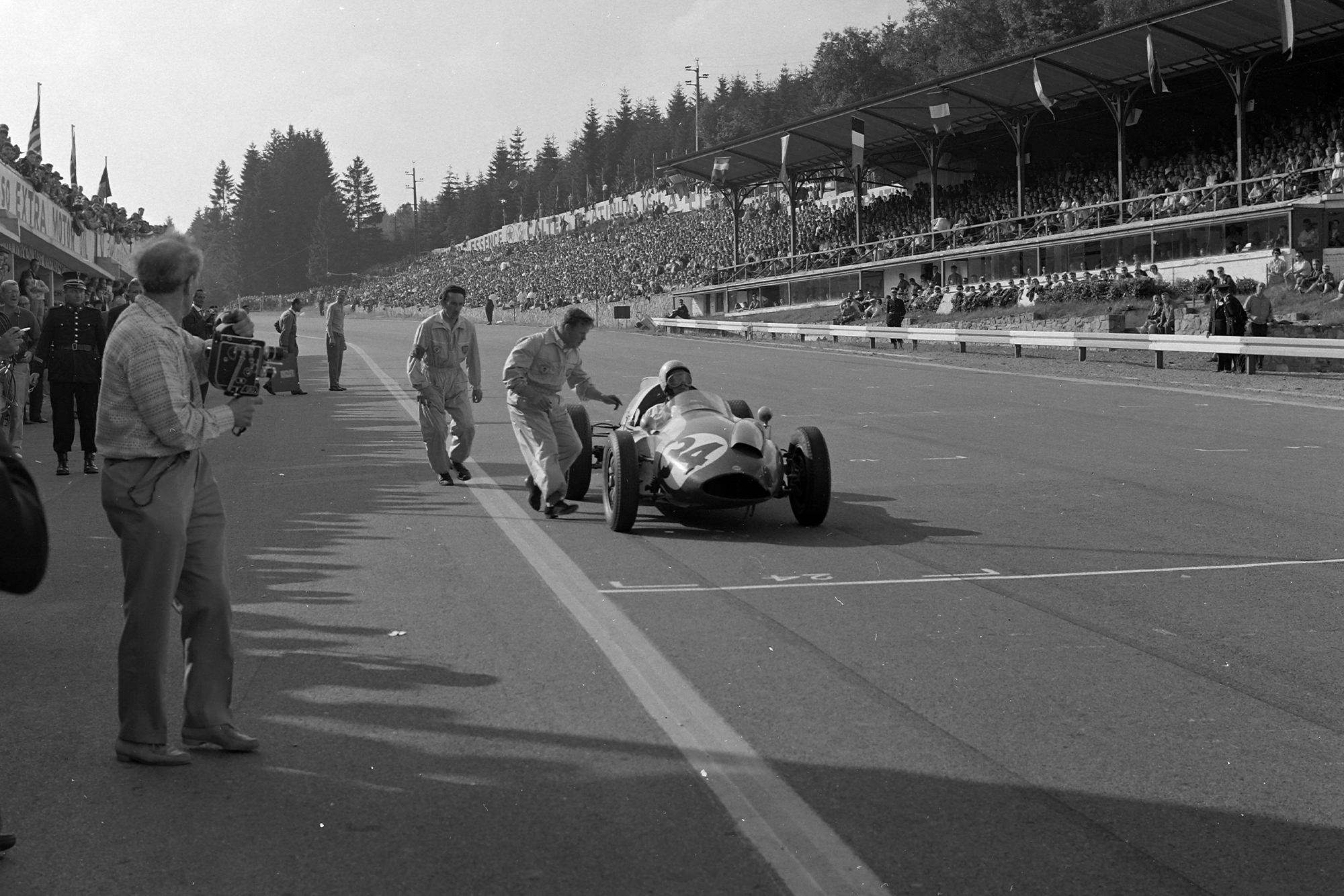 Gendebien leaves the Cooper pits