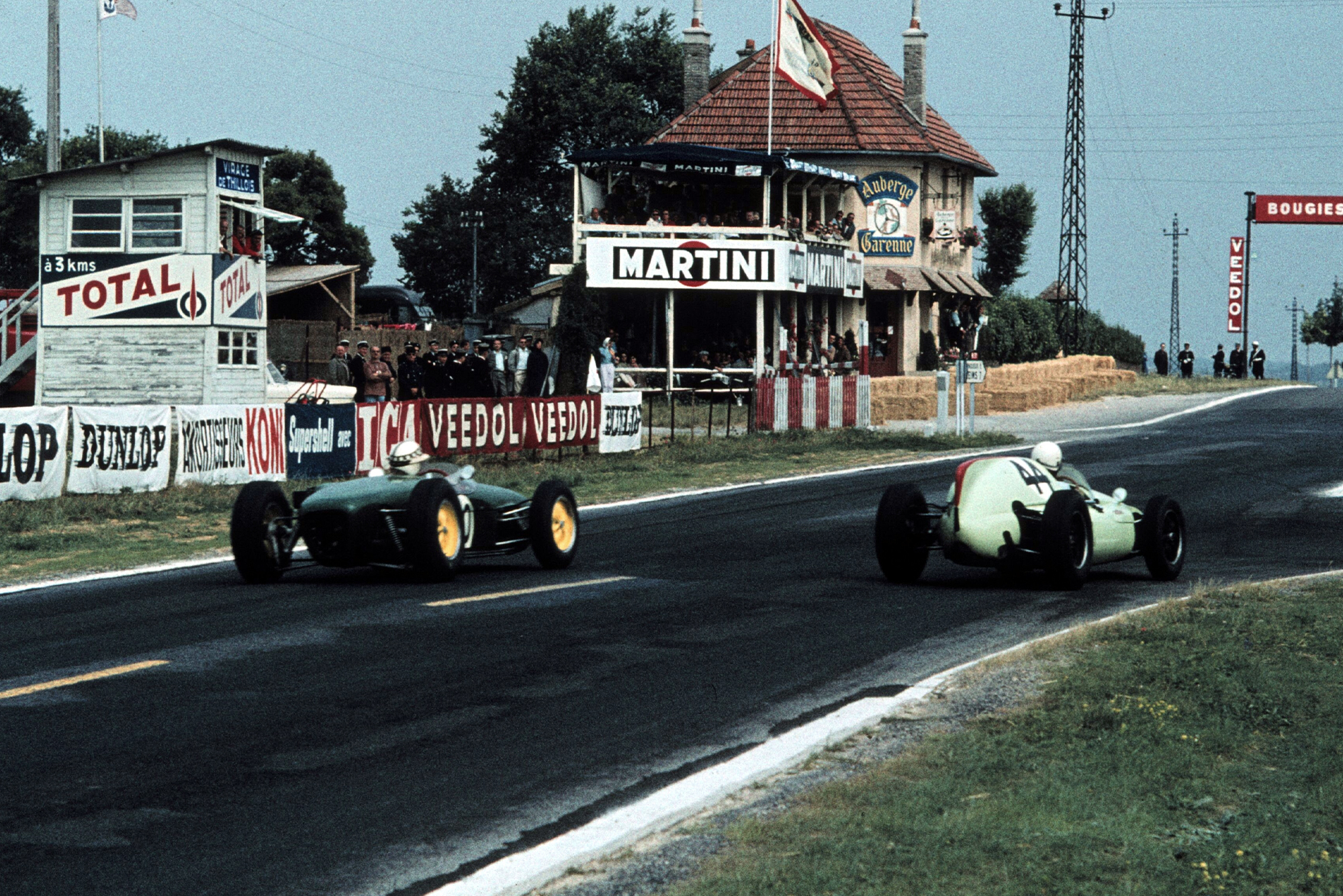 Gendebien and Ireland fight it out on the back straight