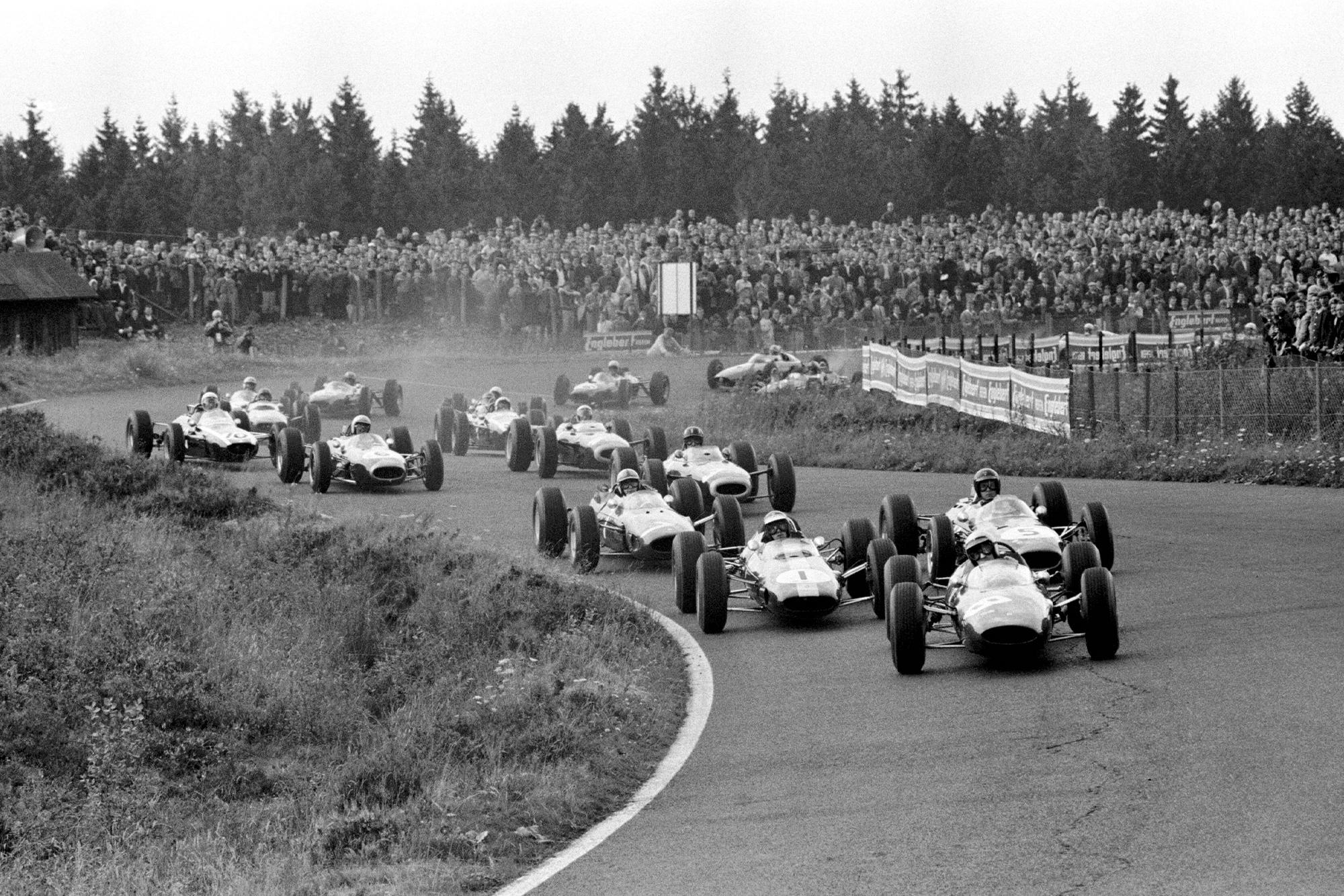 Lorenzo Bandini(Ferrari 158) leads Jim Clark(Lotus25) and Dan Gurney(Brabham BT7).