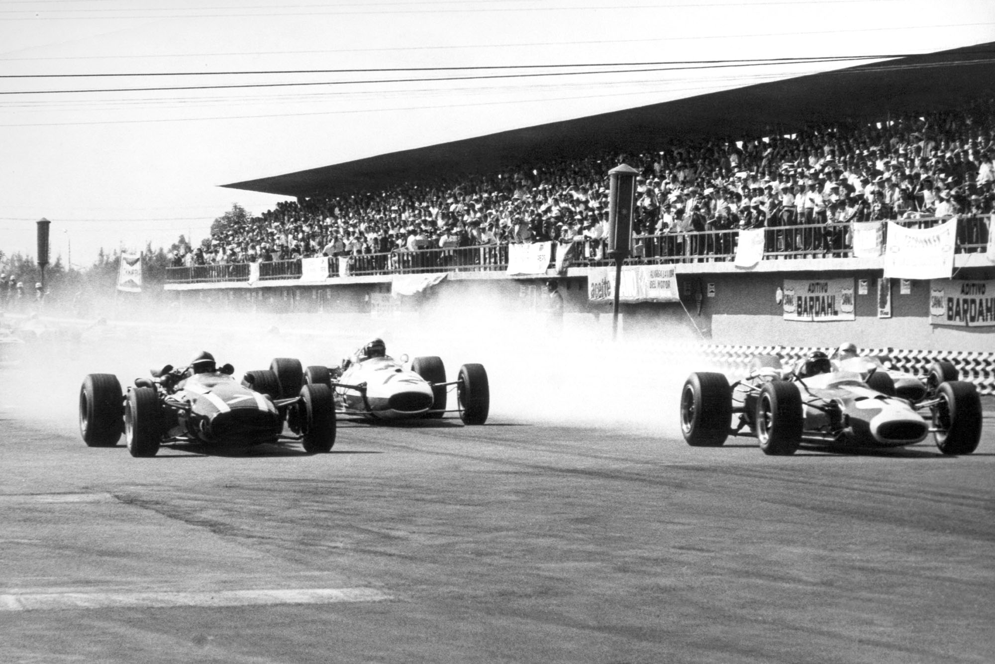 John Surtees, Cooper T81-Maserati, 1st position, Richie Ginther, Honda RA273, 4th position, and Jim Clark, Lotus 43-BRM, retired, at the start.