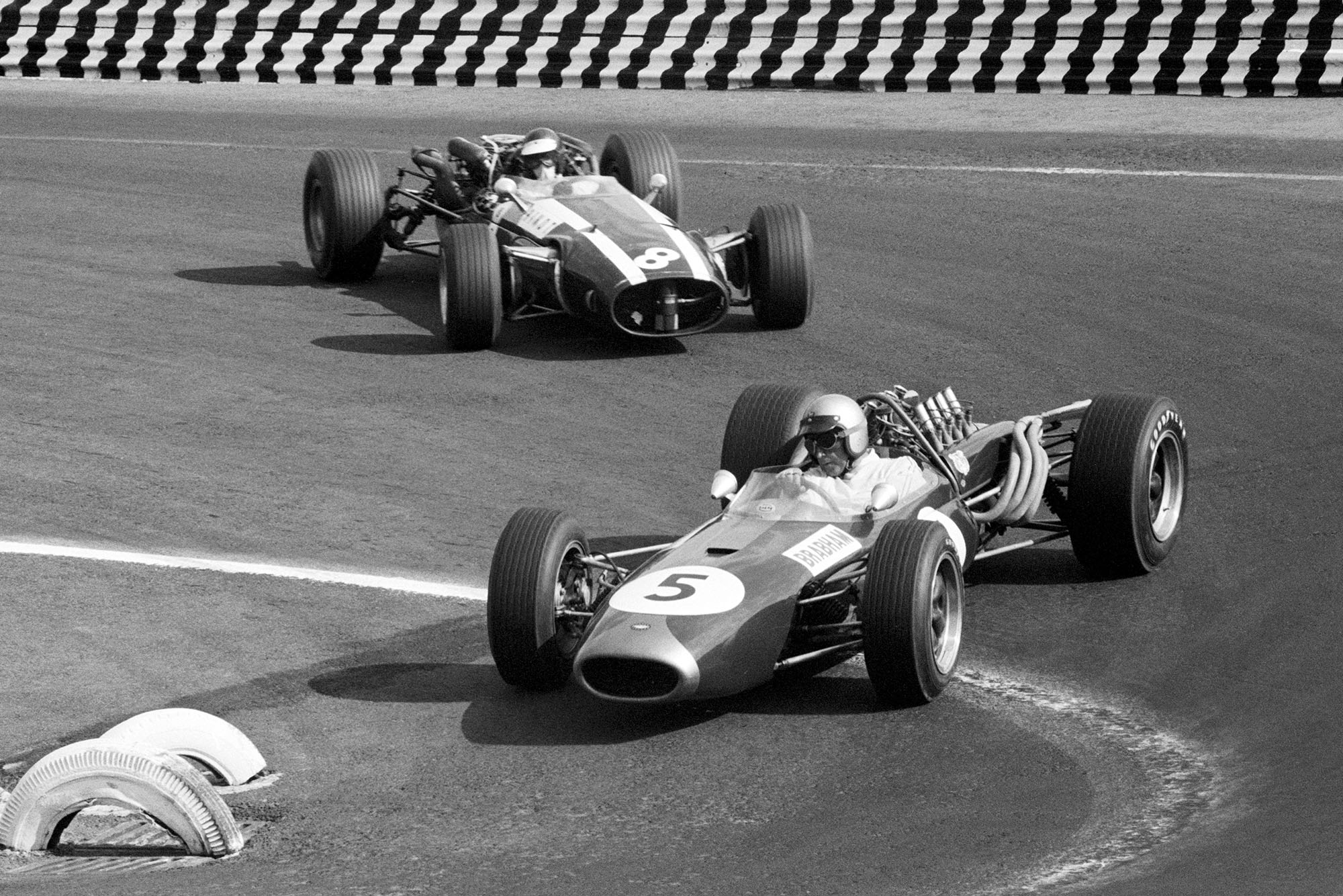 Second placed Jack Brabham (AUS) Brabham BT20 leads Jochen Rindt (AUT) who retired on lap 32 with a broken suspension.