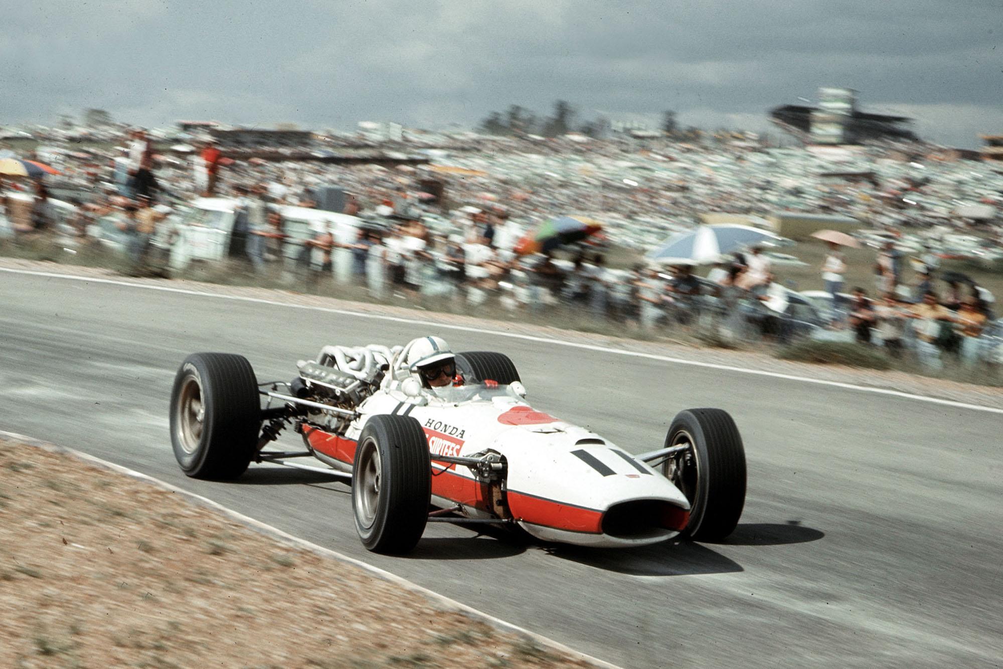 John Surtees (Honda RA273).