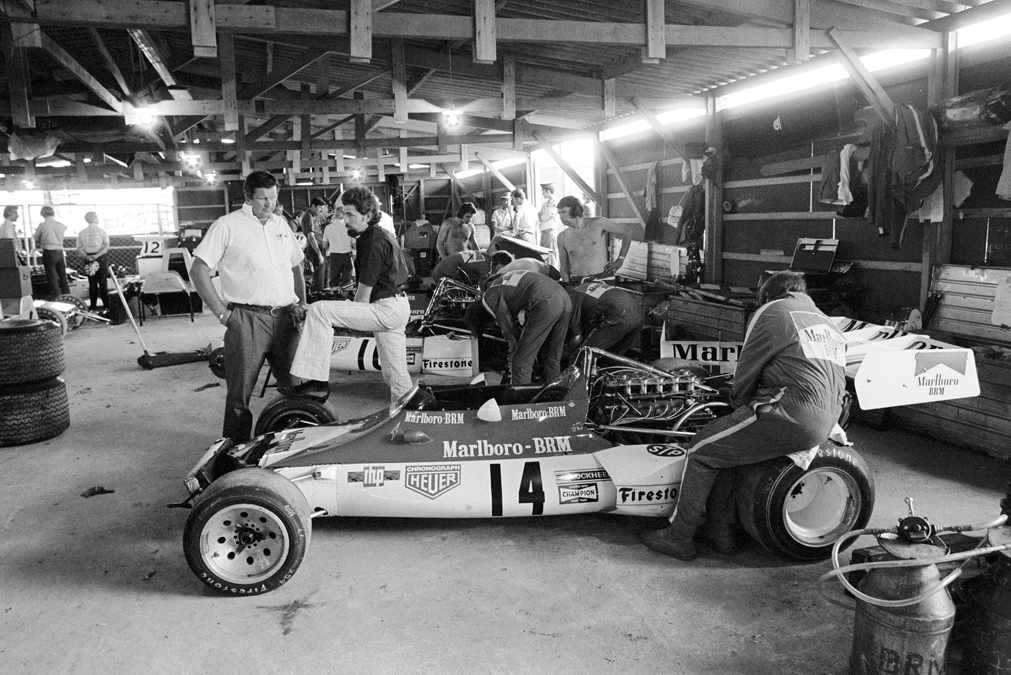 Communal indoor working facilities for the teams. BRM team Manager Tim Parnell(GBR) talks to new BRM designer Mike Pilbeam(GBR), right Argentine GP, Buenos Aires, 28 January 1973