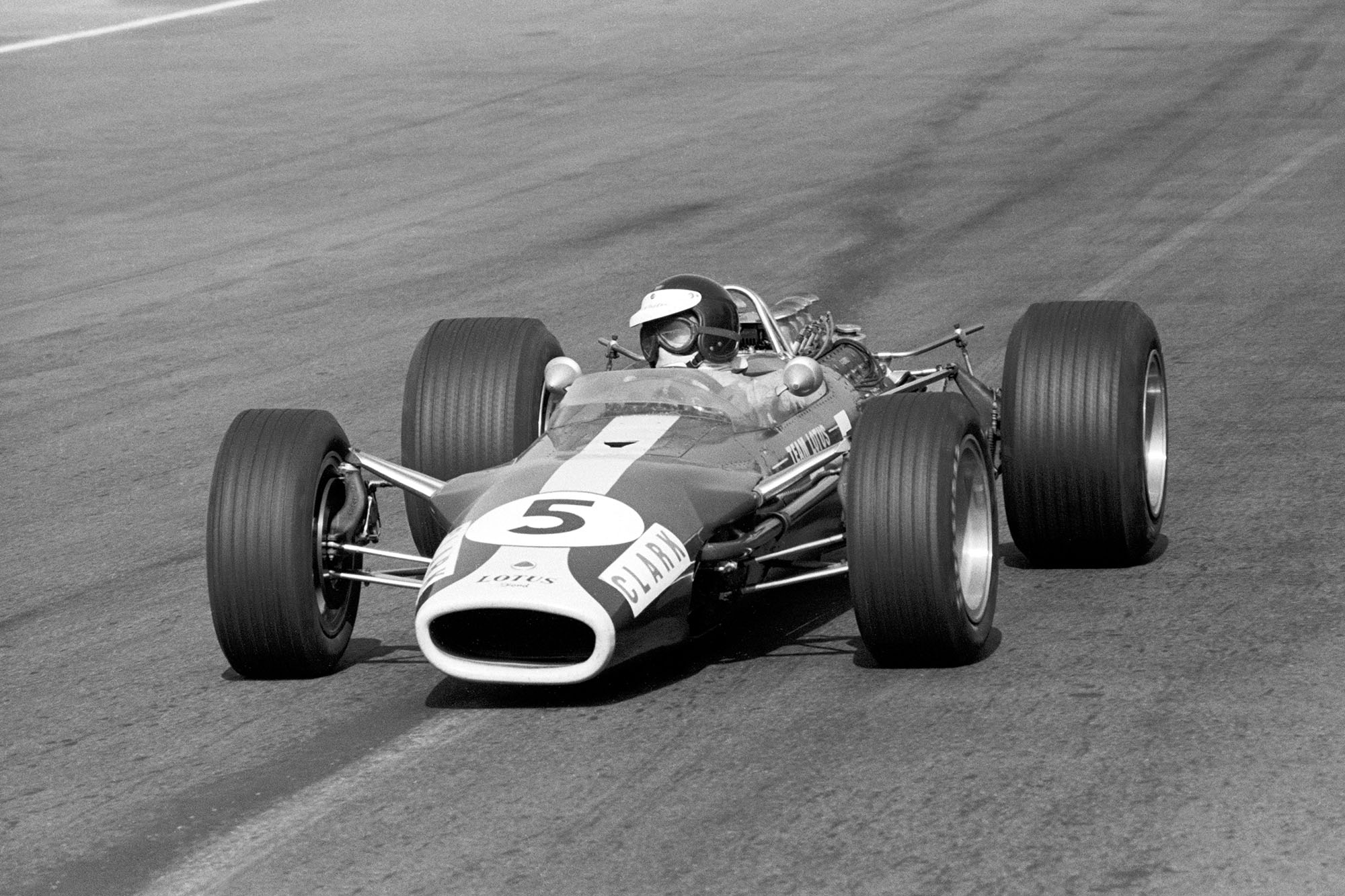 Race winner Jim Clark (GBR) Lotus 49.