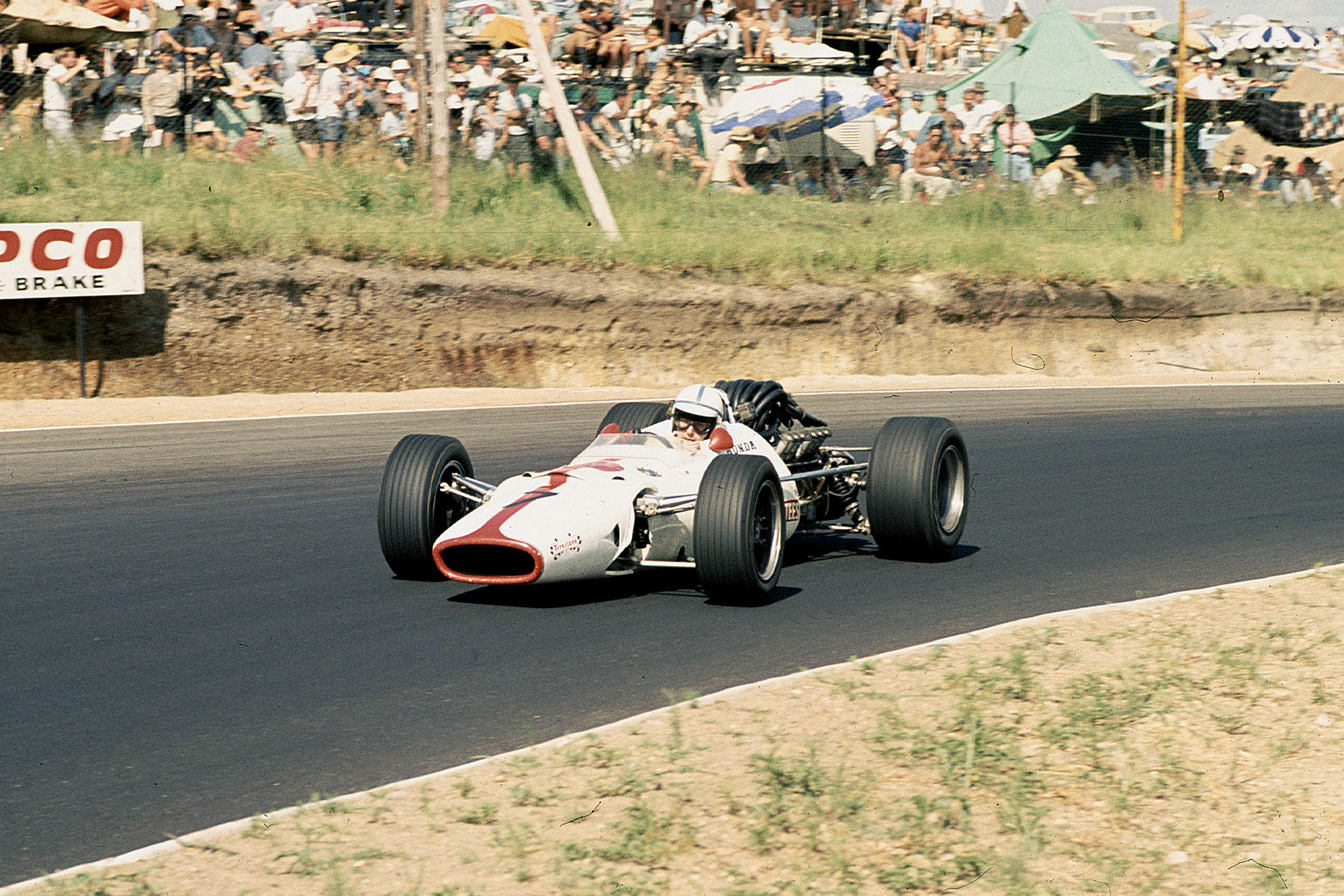 John Surtees (Honda RA300).