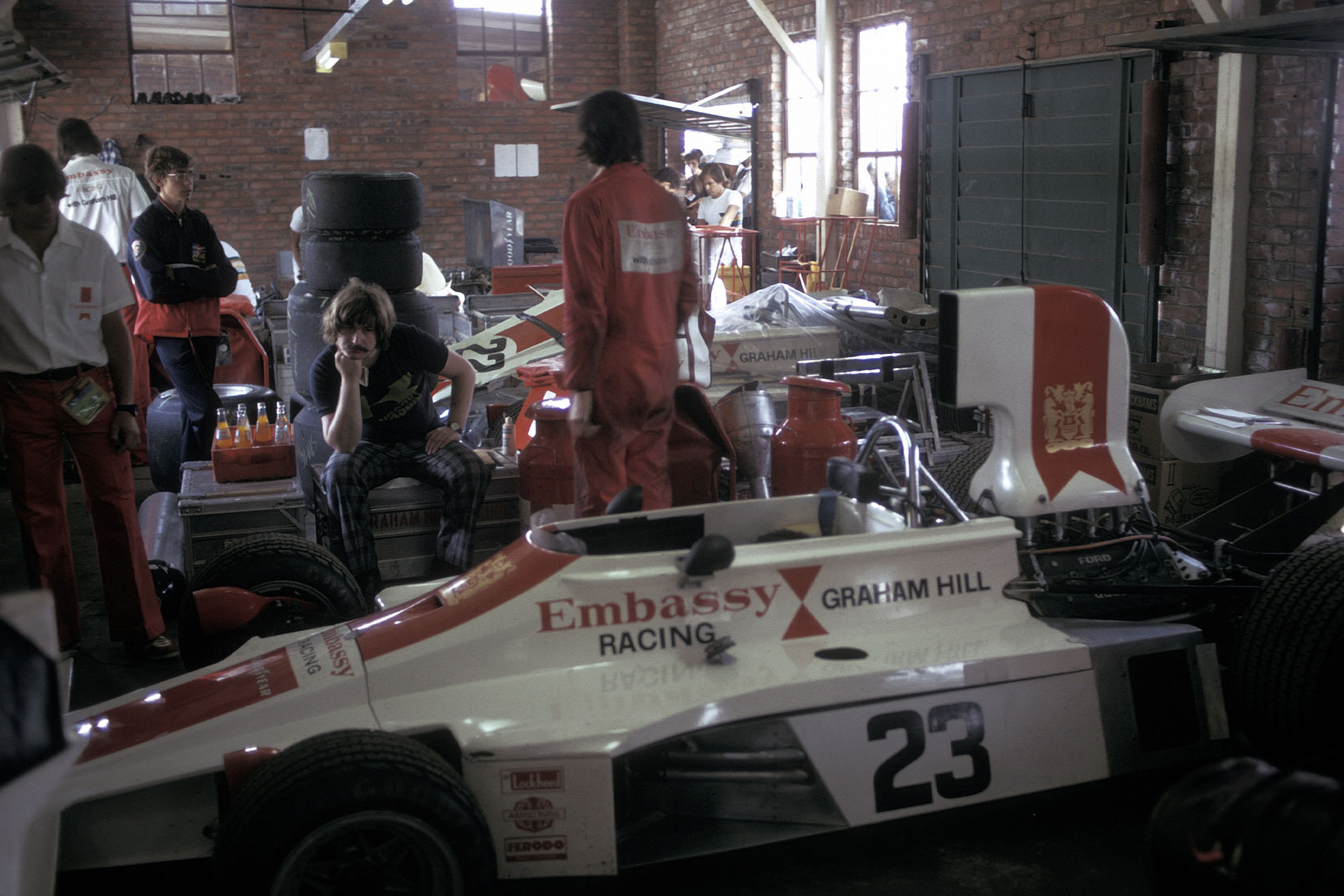 AUTO - F1 1975 - SOUTH AFRICA GP - KYALAMI - PHOTO: DPPI GRAHAM HILL (GBR) / EMBASSY HILL FORD - AMBIANCE - PIT