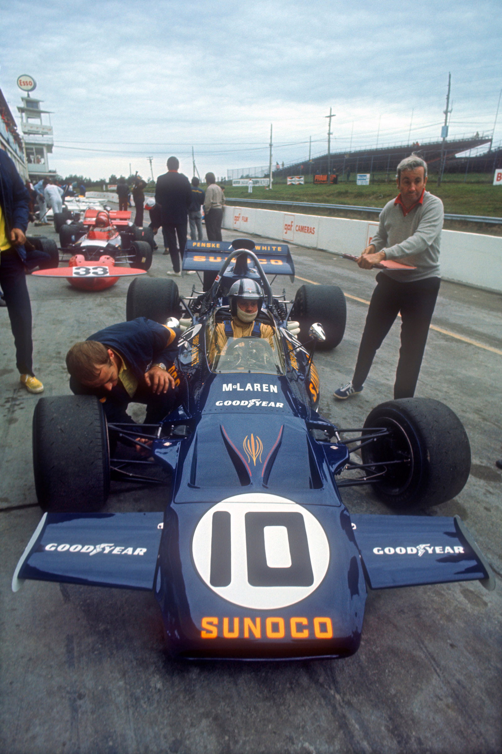 Mark-Donohue-with-Teddy-Mayer-and-his-Penske-McLaren-Ford-in-the-pits-before-the-1971-Canadian-Grand-Prix