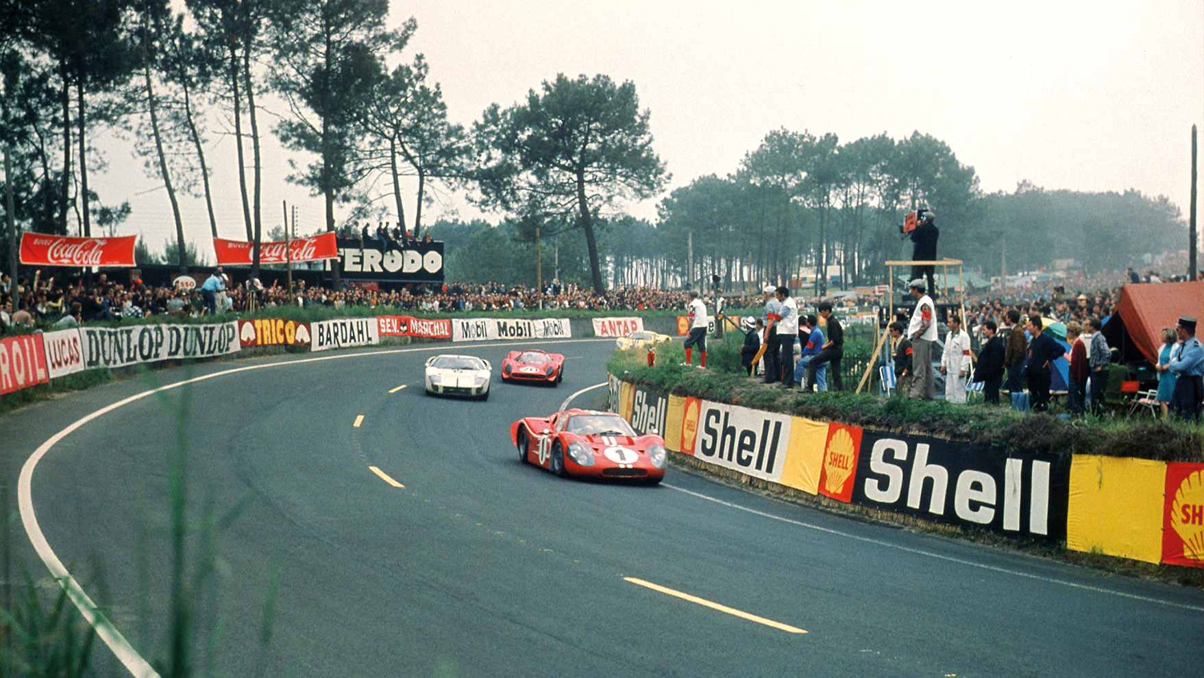 Dan Gurney and AJ Foyt's Ford MkIV leads Chris Amon and Nino Vaccarella's Ferrari 330 P4