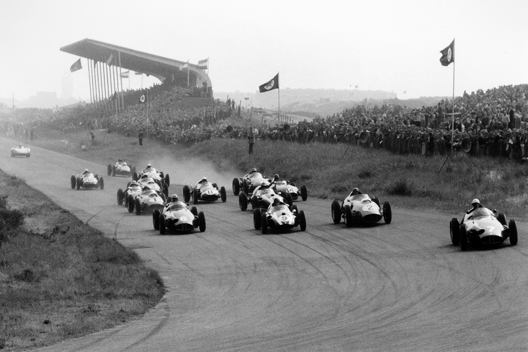 The pack leaves the start line - Jo Bonnier, BRM P25, leads Harry Schell, BRM P25, Masten Gregory, Cooper T51-Climax, Tony Brooks, Ferrari Dino 246, Jack Brabham, Cooper T51-Climax, Jean Behra, Ferrari Dino 246, Graham Hill, Lotus 16-Climax and Stirling Moss, Cooper T51-Climax. Carel Godin de Beaufort's Porsche RSK is barely off the line