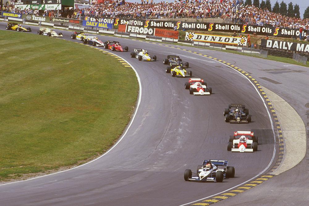 Nelson Piquet (Brabham BT53 BMW) leads Alain Prost (McLaren MP42 TAG Porsche), Elio de Angelis (Lotus 95T Renault), Niki Lauda (McLaren MP42 TAG Porsche), Derek Warwick (Renault RE50) and Nigel Mansell (Lotus 95T Renault) at the start through Paddock Hill Bend.