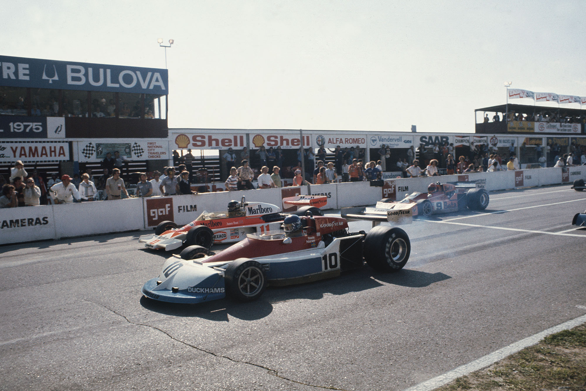 Ronnie Peterson (March) takes the lead at the start of the 1976 Canadian Grand Prix, Mosport Park.
