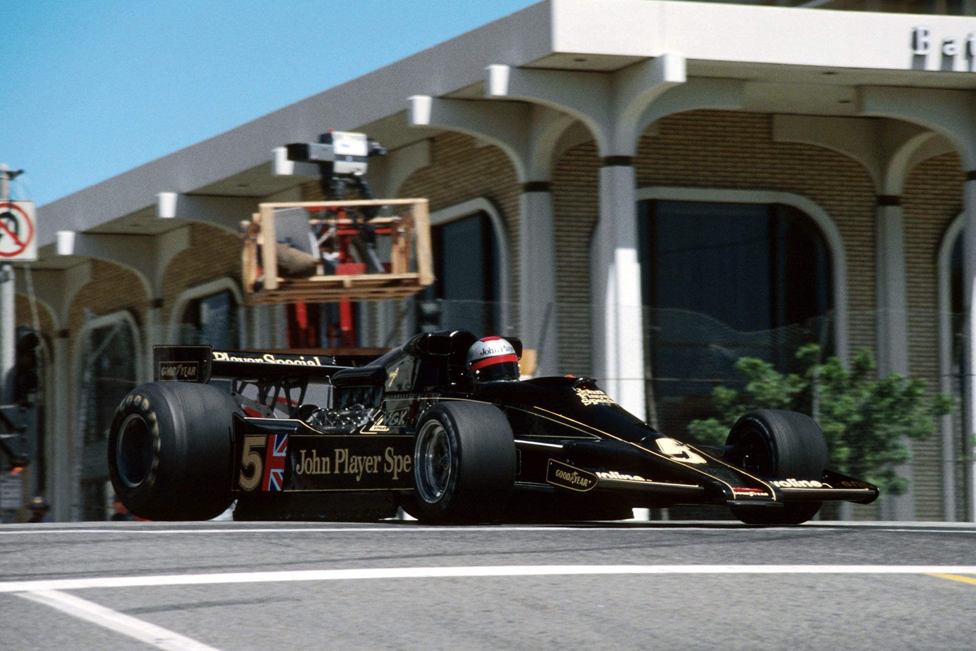 Mario Andretti (Lotus) head down the head at the 1978 United States Grand Prix West, Long Beach.