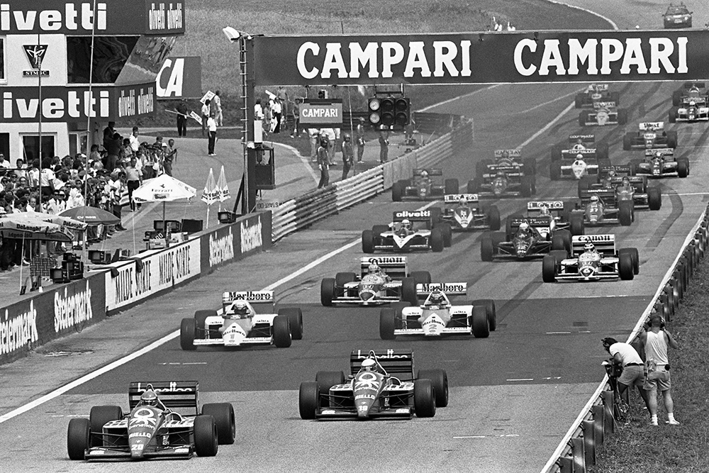 Gerhard Berger (Benetton B186) leads at the start of the race.
