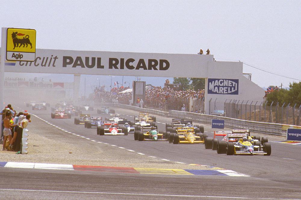 Nigel Mansell (Williams FW11B Honda) leads Alain Prost (McLaren MP4/3 TAG Porsche), Nelson Piquet (Williams FW11B Honda) and Ayrton Senna (Lotus 99T Honda) at the start.