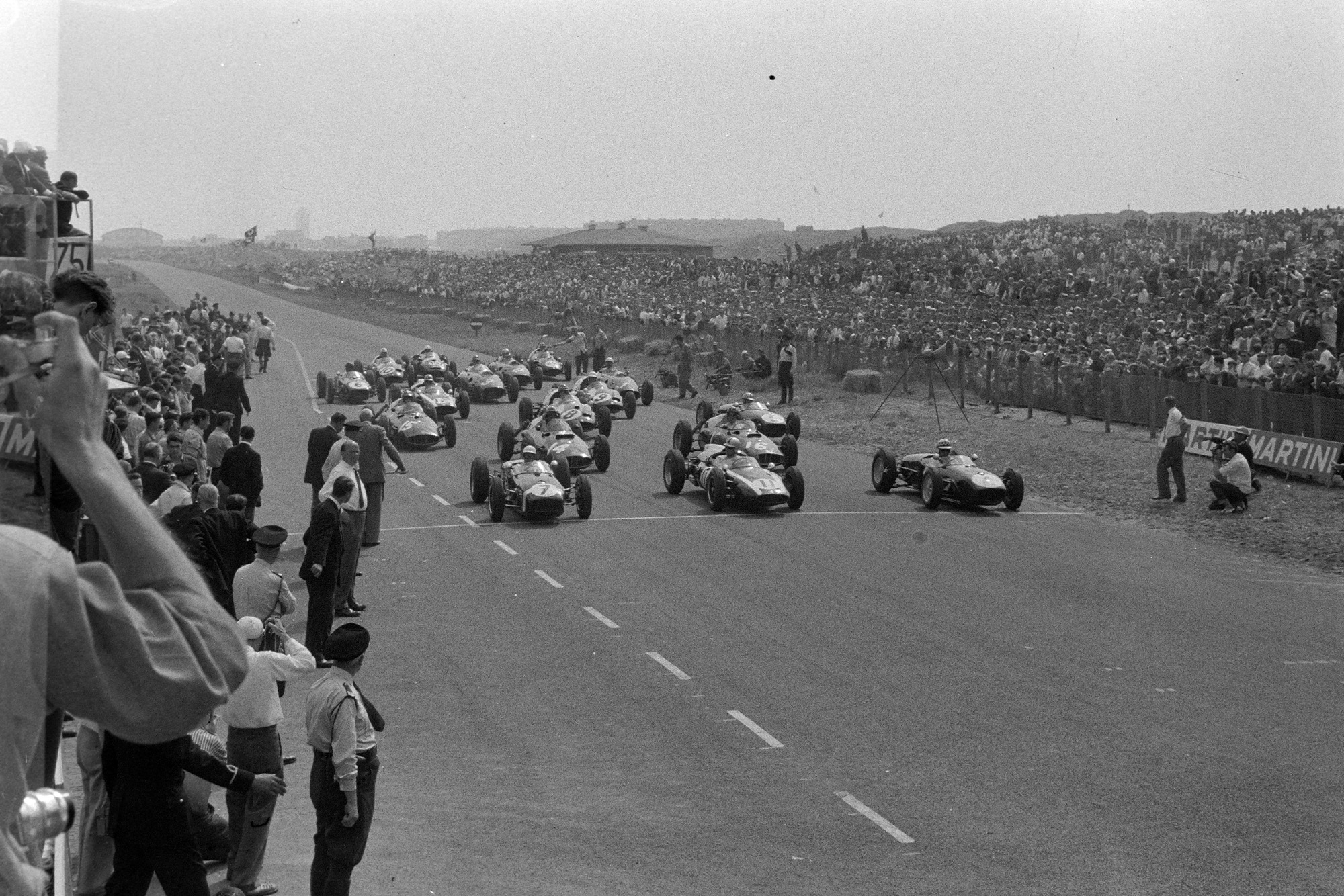 Drivers anticipate the starting flag