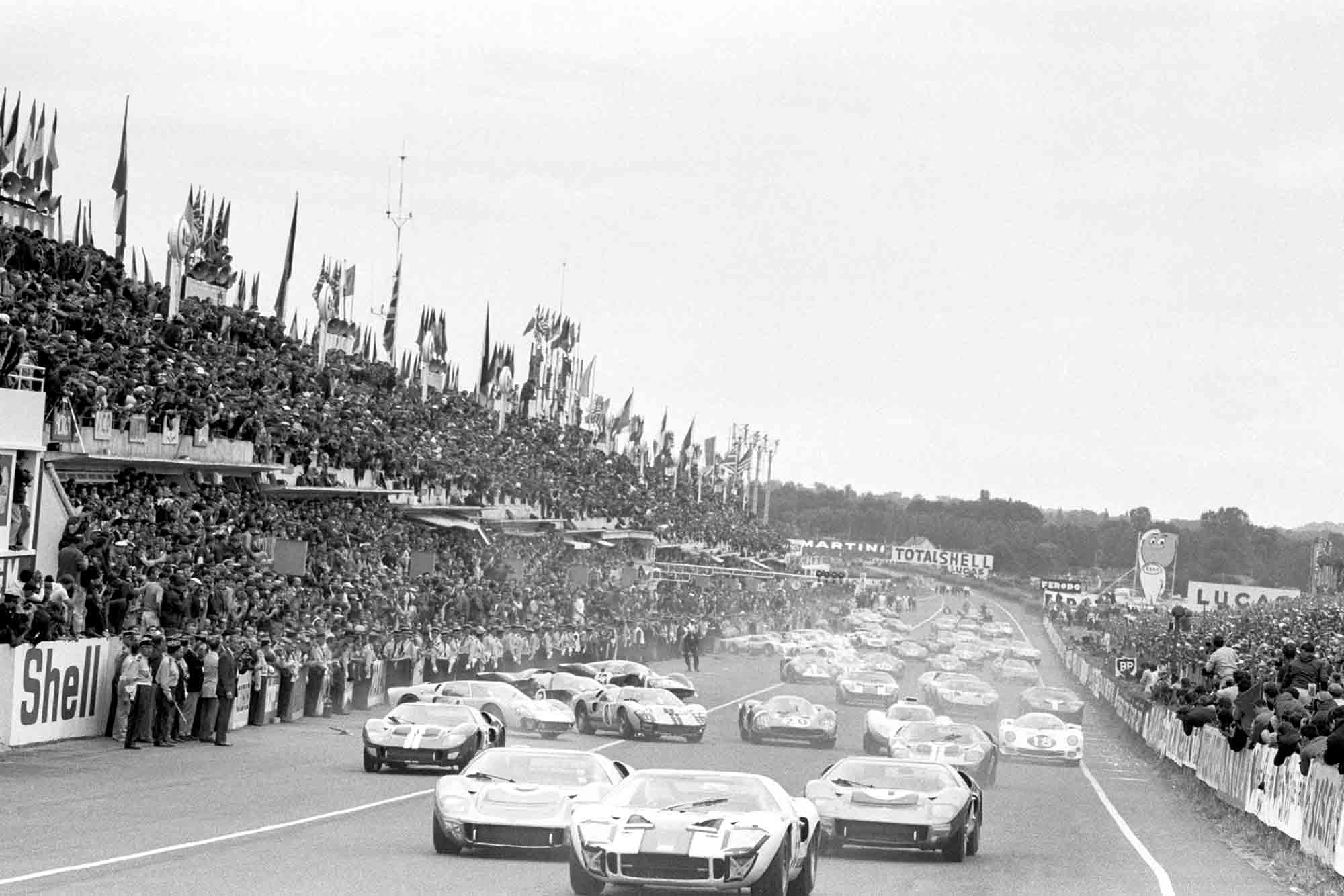 Peter Revson / Skip Scott, Essex Wire Corporation, Ford GT40, leads Ronnie Bucknum / Richard Hutcherson, Holman & Moody, Ford GT40 Mk II, Mark Donohue / Paul Hawkins, Holman & Moody, Ford GT40 Mk II, and the rest of the field at the start of 1966 Le Mans.