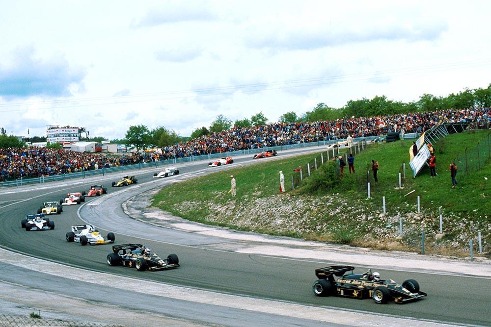 Elio de Angelis (Lotus 95T) leads the start.