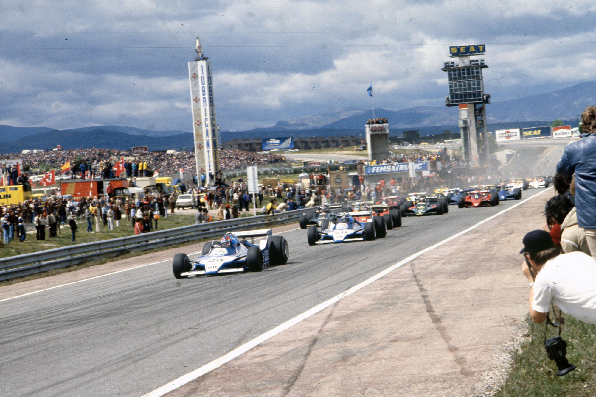 The cars rush down to the first corner at the start of the 1979 Spanish Grand Prix, Jarama.
