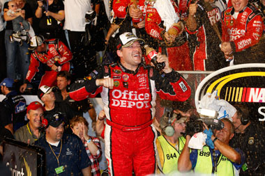 Stewart pips Edwards to NASCAR title
