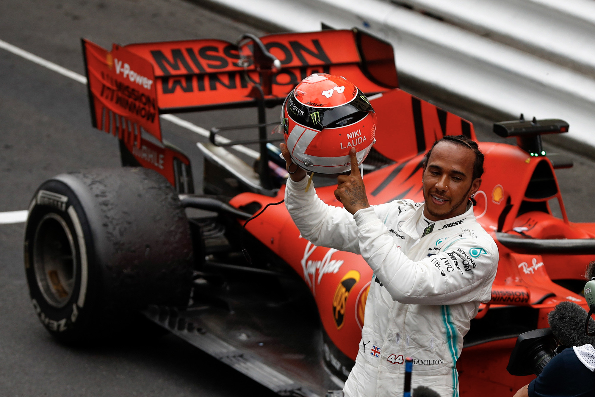 Lewis Hamilton points at his red Niki Lauda helmet in tribute to the three-time world champion