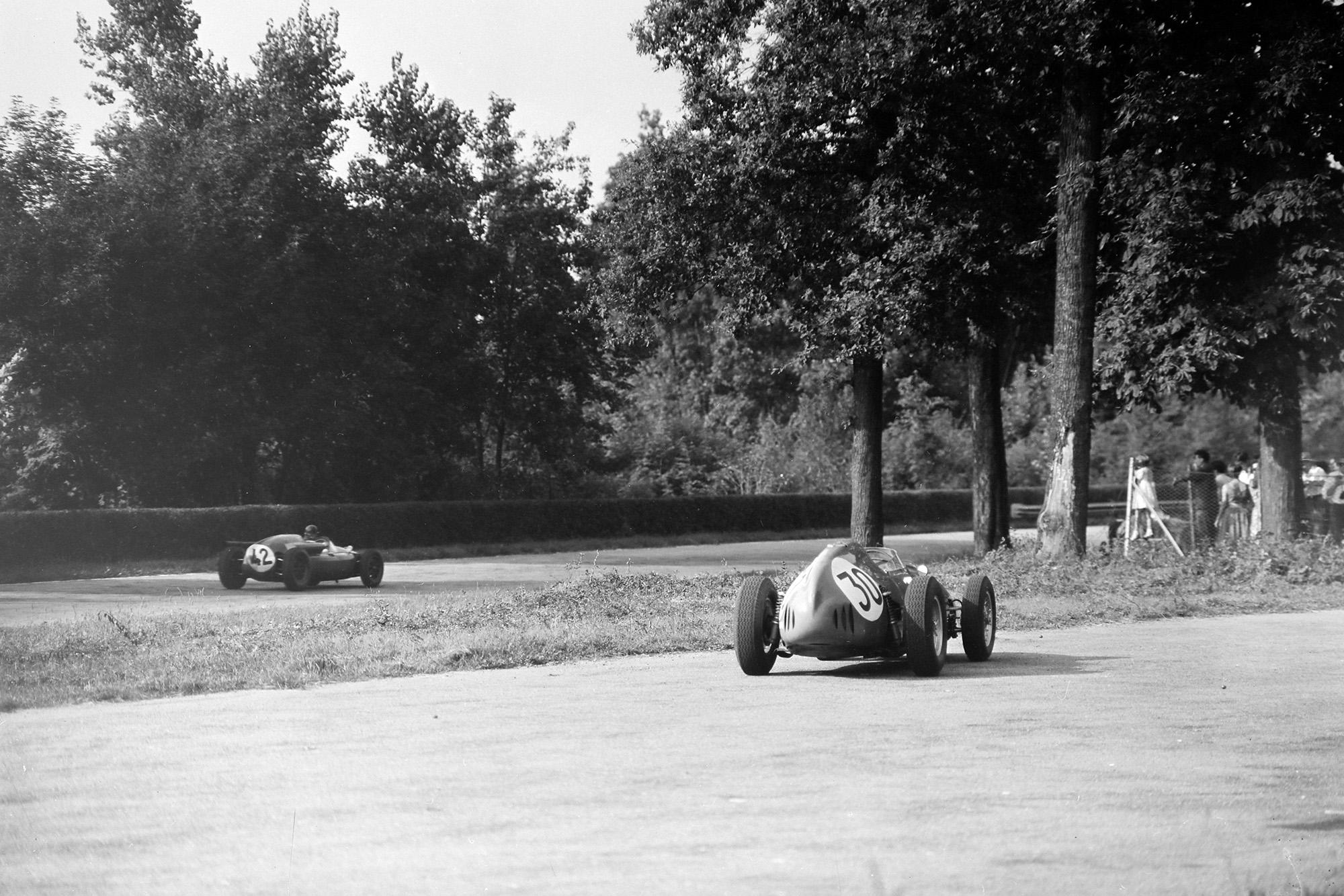 Ian Burgess passes Tony Brooks' retired Ferrari in the 1959 Italian Grand Prix