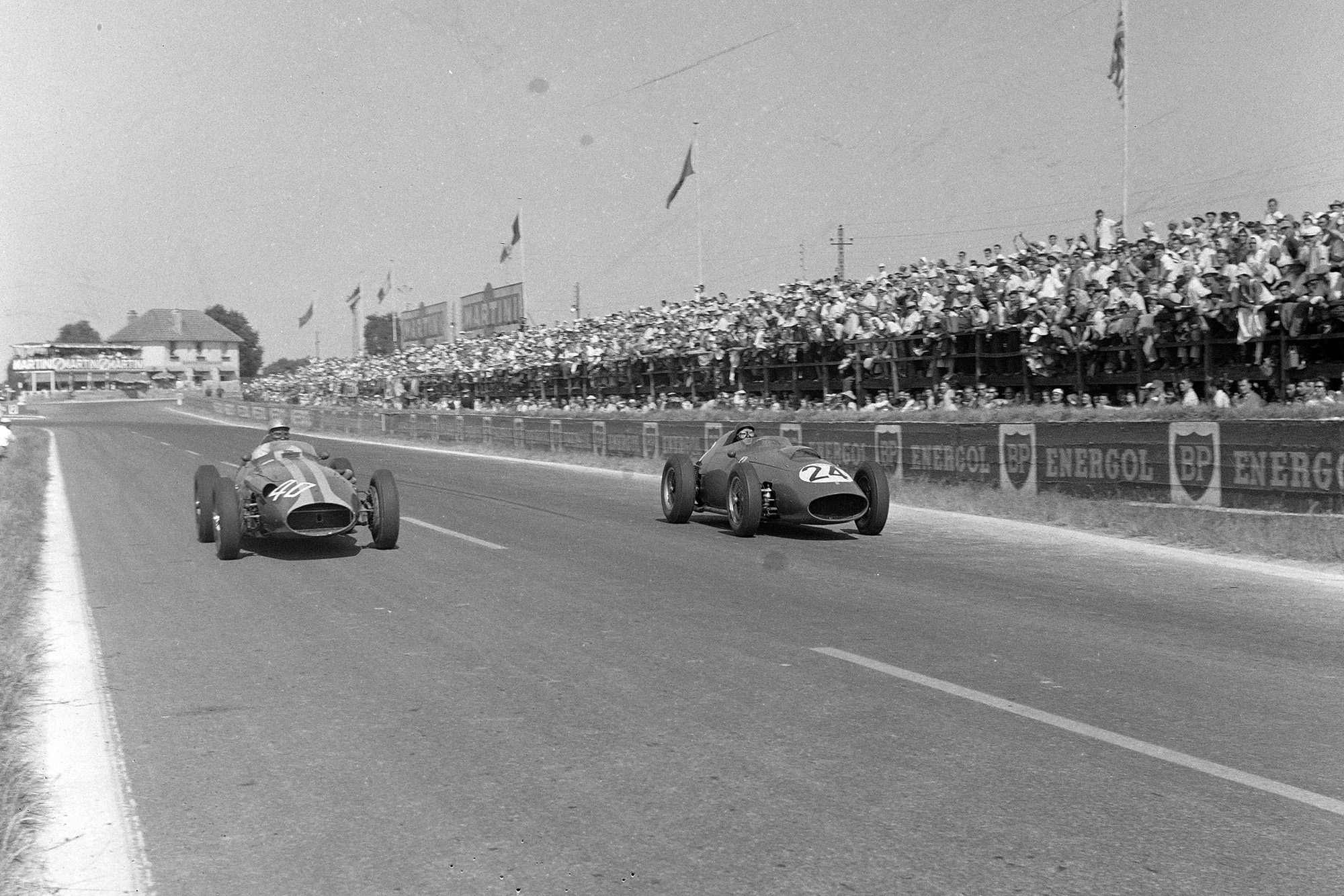 Tony Brooks battles with Giorgio Scarlatti during the 1959 French Grand Prix