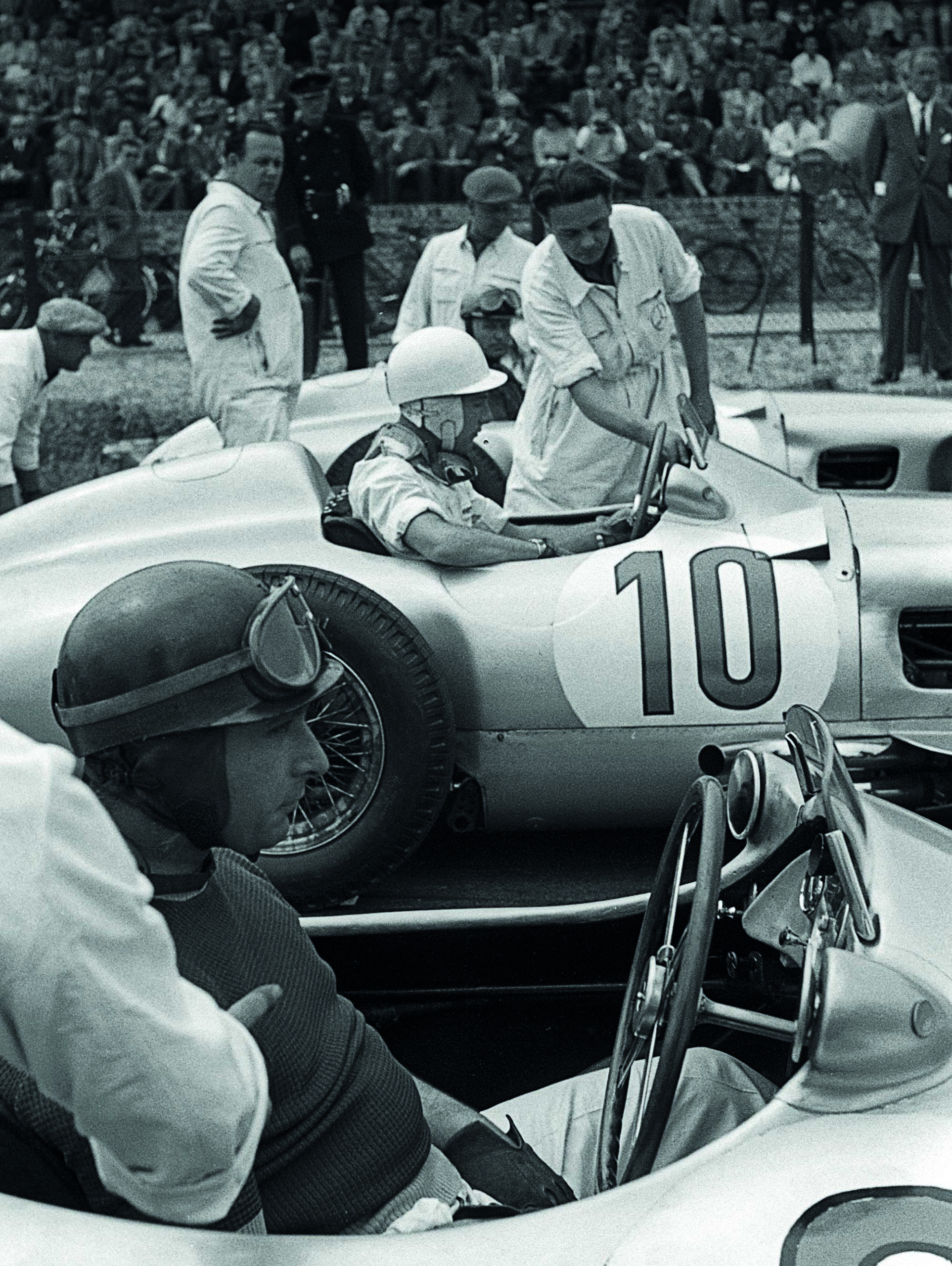 Stirling-Moss-alongside-Juan-Manuel-Fangio-in-the-1955-Dutch-Grand-Prix