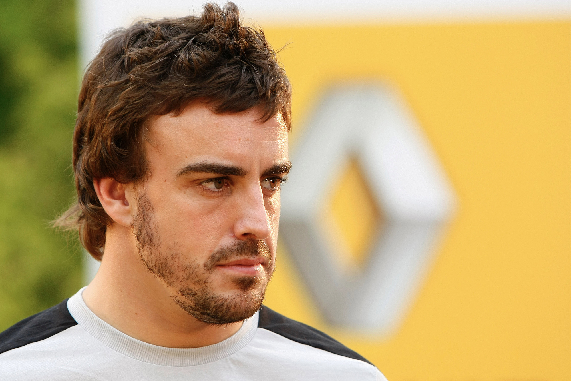 Fernando Alonso in front of the Renault logo in Japan 2009