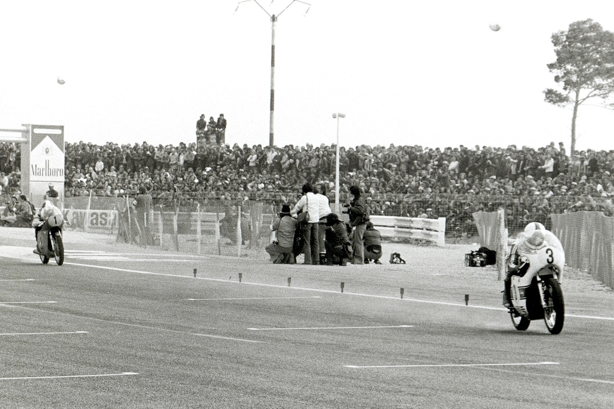 Saarinen races away from Phil Read's MV at the season-opening French GP, four weeks before Monza
