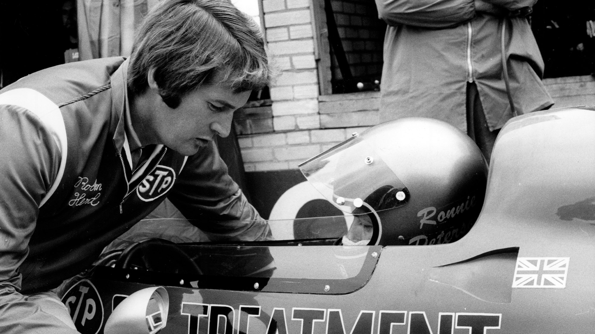 Robin Herd speaks to Ronnie Peterson at Silverstone during the 1971 F1 British Grand Prix weekend