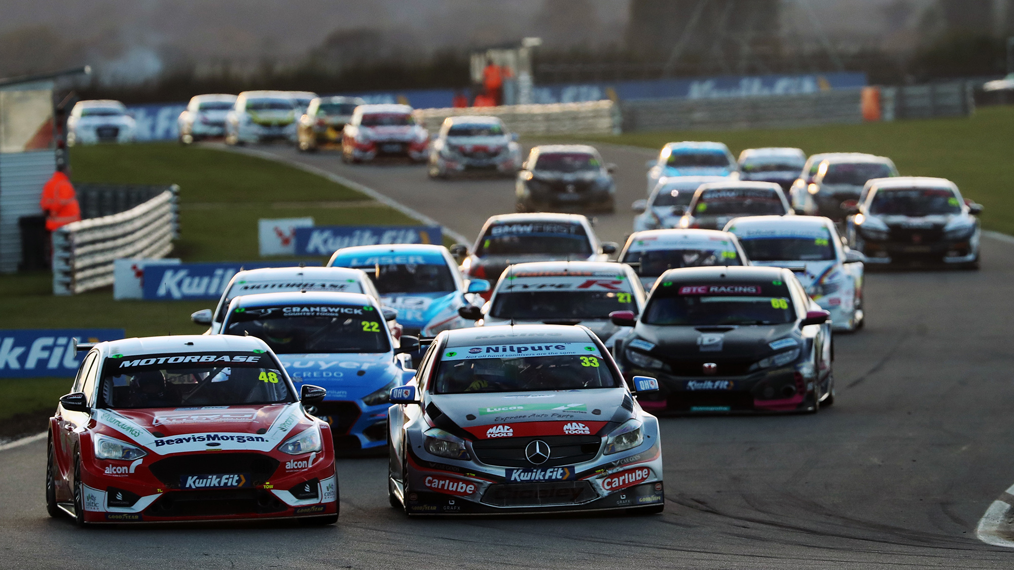 Jackson and Morgan side by side at the start of the thrid Snetterton race in the 2020 BTCC round