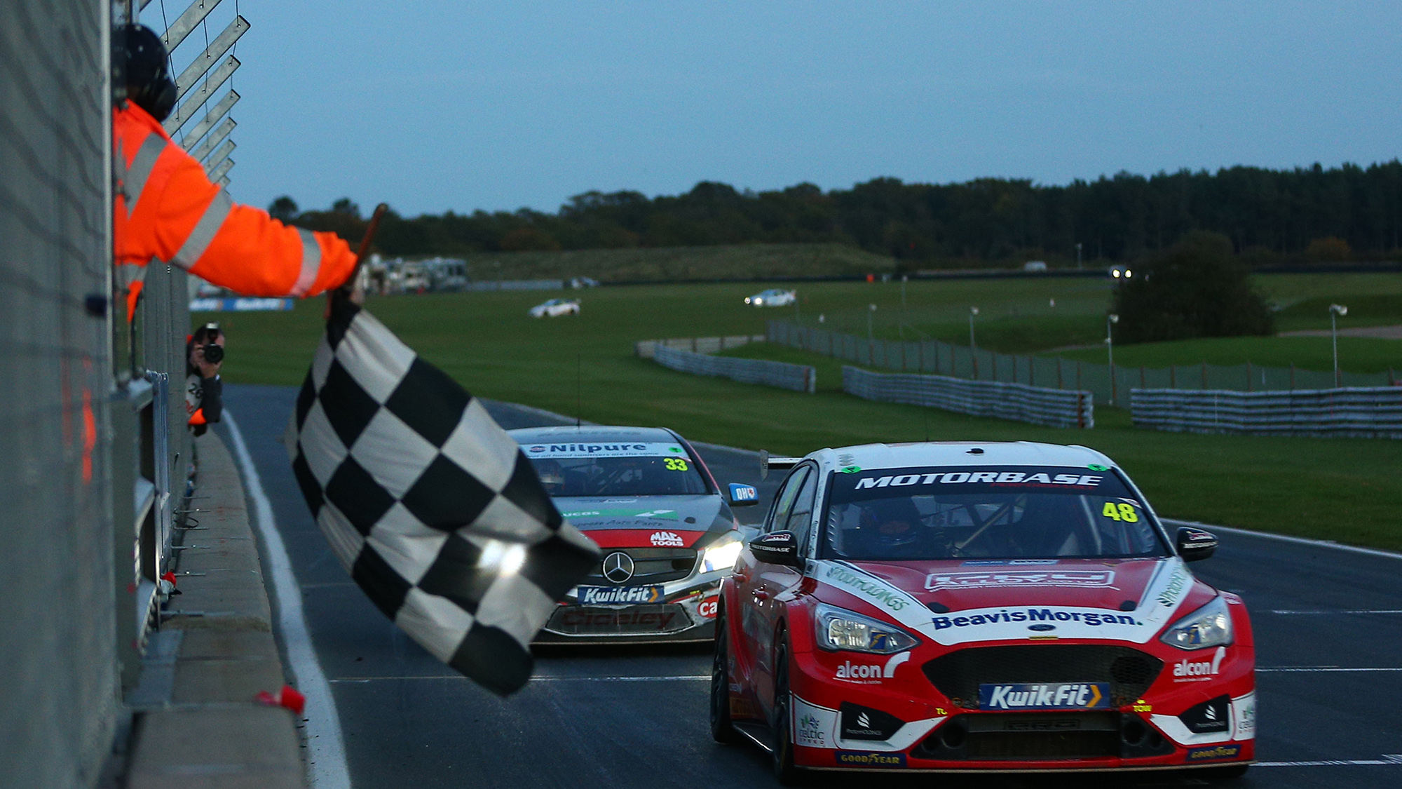 Jackson leads Morgan to the chequered flag in the final Snetterton race og the 2020 BTCC round