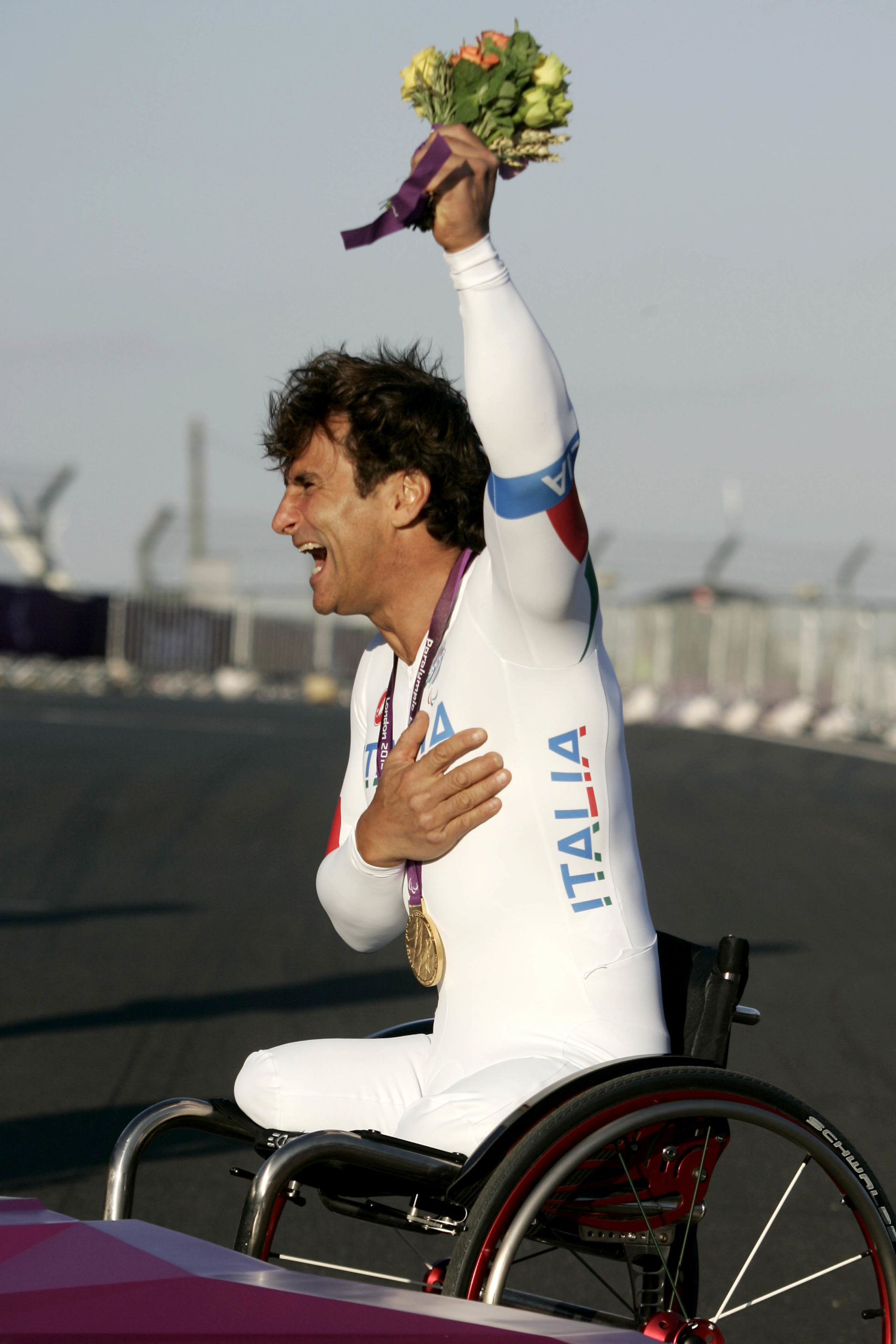 Alex-Zanardi-celebrates-winning-a-gold-medal-at-Brands-Hatch-during-the-London-2012-Olympic-games