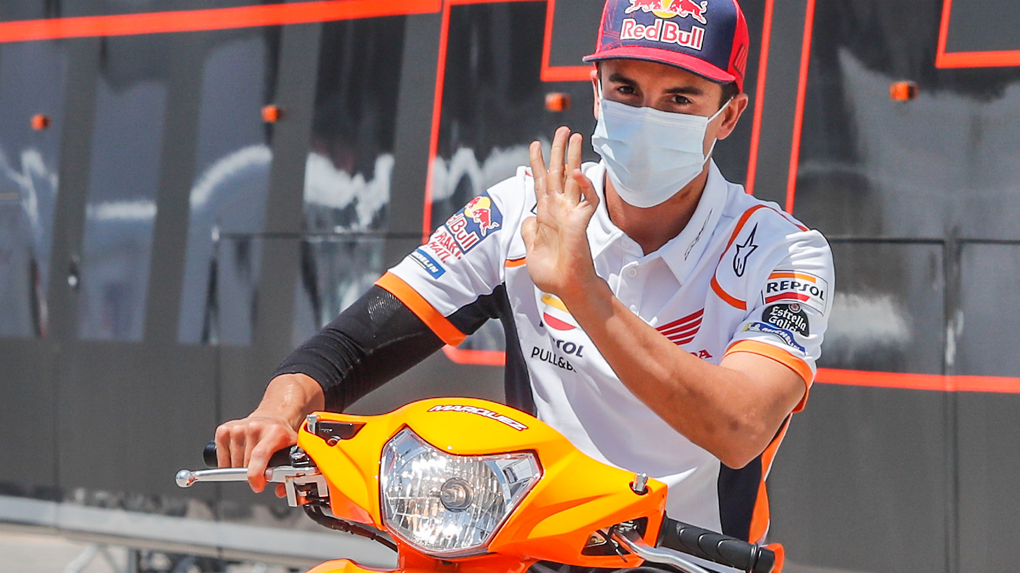 [Imagem: Marc-Marquez-holds-his-hand-up.jpg]