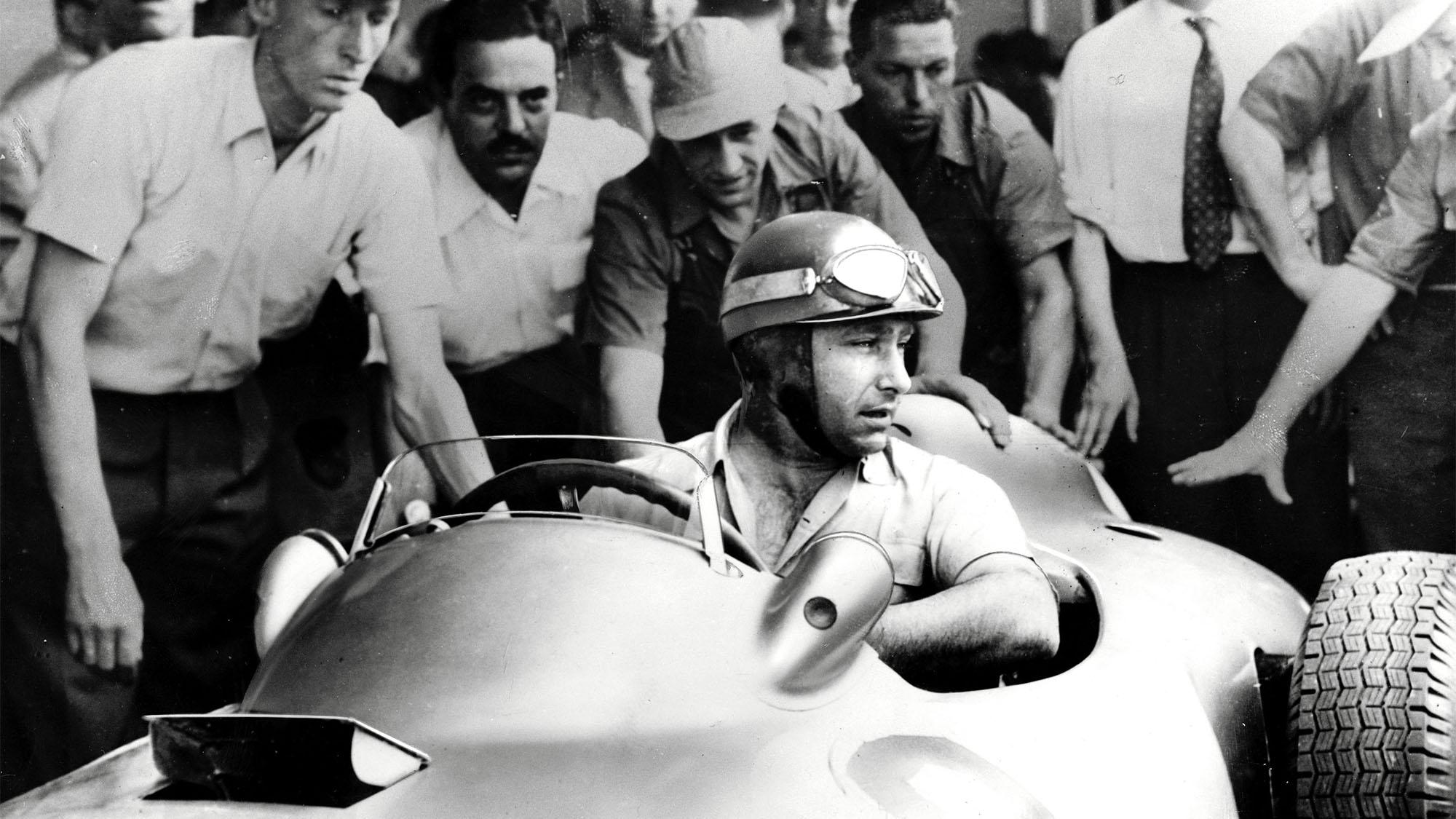 MOTORSPORT - F1 1955 - ARGENTINA GP - BUENOS AIRES - PHOTO: LAT / DPPI JUAN MANUEL FANGIO (ARG) / MERCEDES W196 DAIMLER BENZ - AMBIANCE - PORTRAIT - WINNER