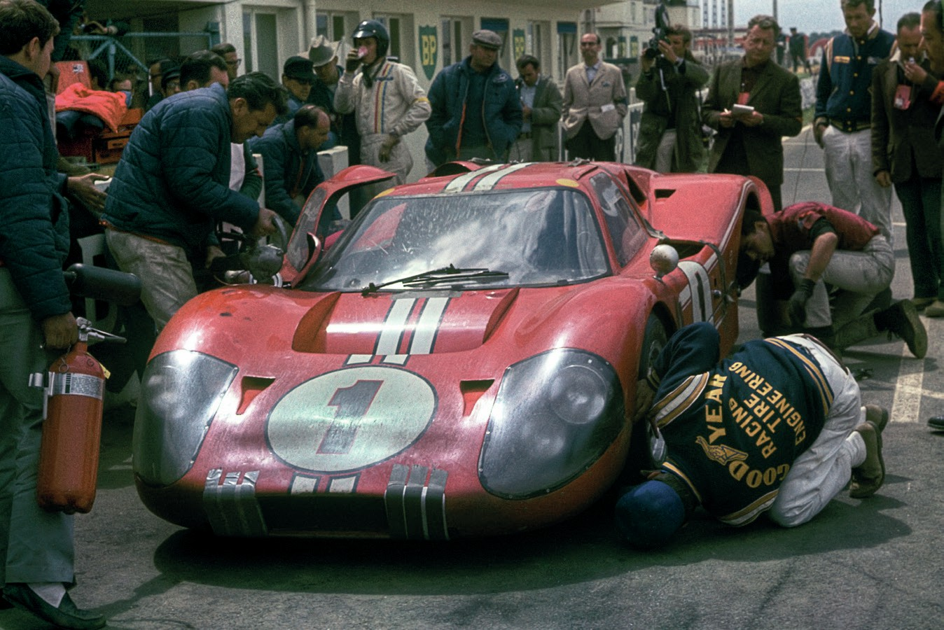 Ford MkIV in the pits