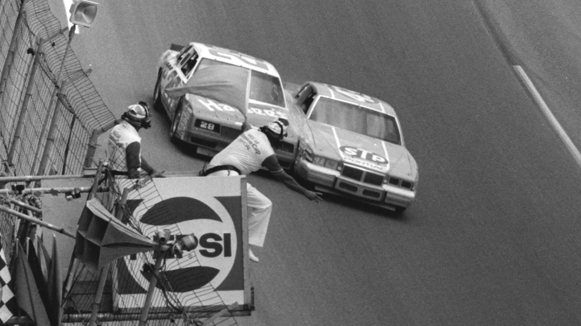Richard Petty edges ahead of Cale Yarborough at the 1984 Firecracker 400